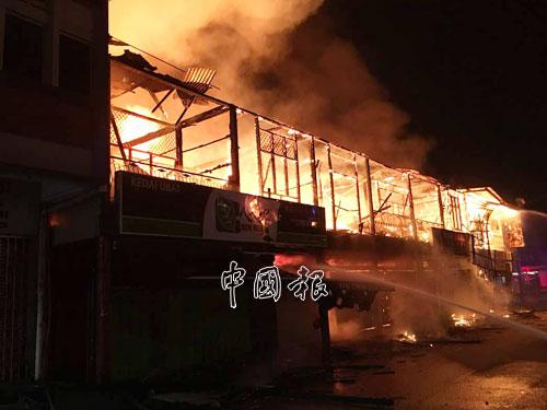 由於是半木板店屋,所以火勢蔓延的速度相當迅速。