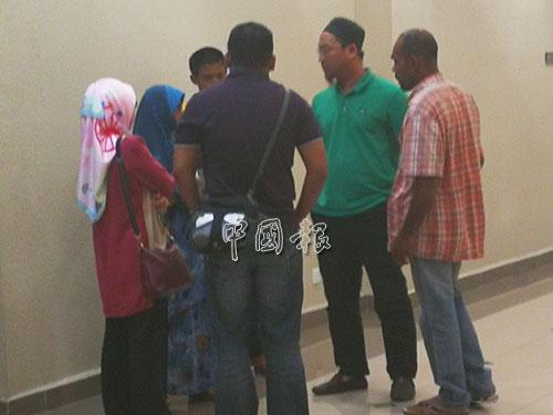 聶依茲萬的家屬到關丹法庭旁聽,右為其年邁父親。