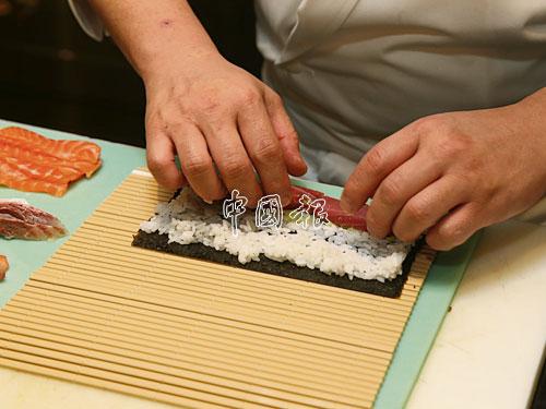 不管哪種壽司類型,小川洋利都是處于一絲不苟的狀態,此為他在製作看似簡單的卷壽司時,需要注意厚薄均勻。