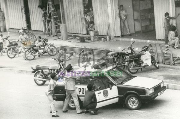 東京銀行劫案發生時,警方派出大批警力趕抵現場剿匪,但劫匪一夥仍成功脫逃。