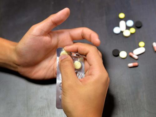 研究發現,半數服用過量止痛藥的病患介於18歲至25歲,以女性居多。