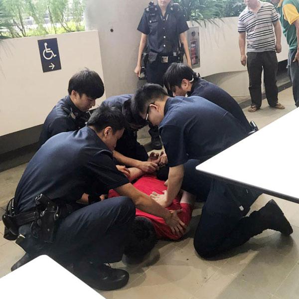 頭手被警方逮捕助查。