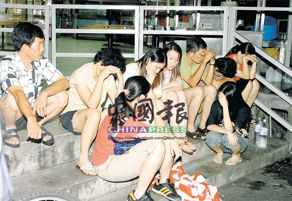 男方家人獲悉廖國強帶著三名孩子步上黃泉路,一時難以接受,紛紛坐在茶室前的梯級,痛哭流淚。