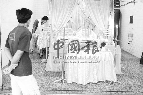 死者親友得知噩訊後,紛紛到殯儀館憑弔。