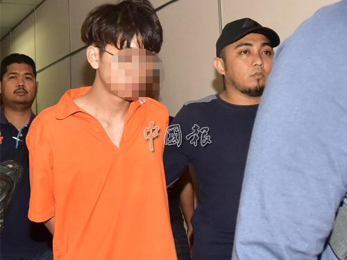 年輕男嫌犯身穿扣留服,被帶往法庭延扣。
