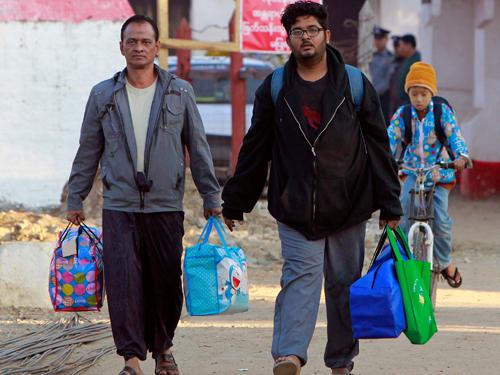 拉丁(左起)和翁南素在央米丁監獄服刑近2個月後,週五(29日)終被當局批准提早獲釋。