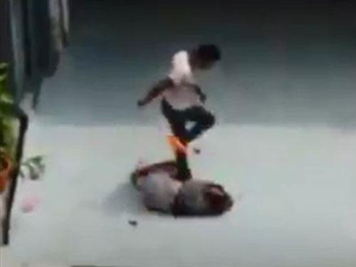 閉路電視顯示,扎亞瑟蘭連續踢了倒地不起的瑪尤莉數次。(取自聯合晚報)
