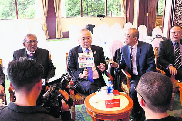 拿督斯里魏家祥(左2)在拿督和斯勒(左起)、鄭飛和符策勤陪同下接受媒體採訪。