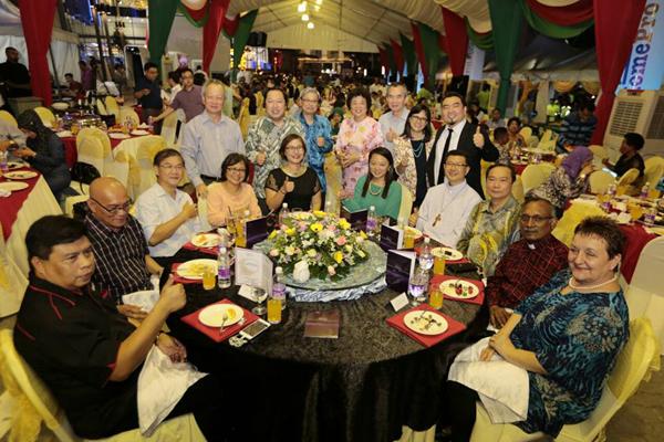黃潔冰(坐者左5)歡迎各族子民攜家帶眷參與,同慶佳節。
