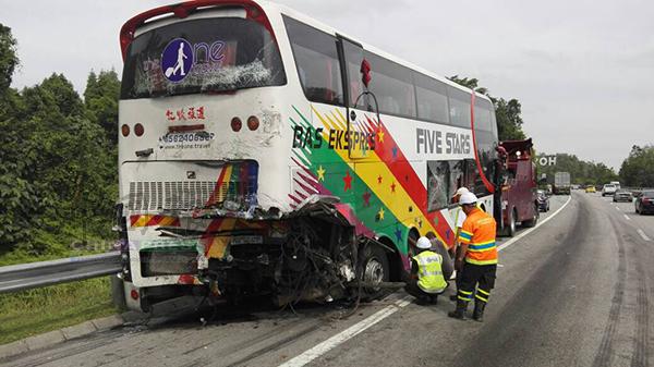長巴車尾嚴重撞毀。