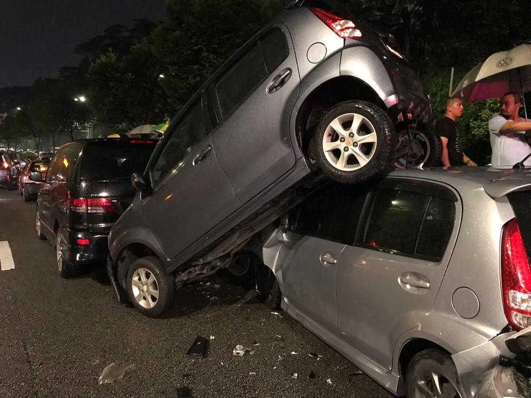 """其中1輛轎車被撞後""""倒頭栽"""",幾乎直立在大道中央。"""