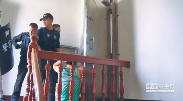 台湾刑事局在台中破获机房。大批警力冲入机房所在的屋子,逐一压制嫌犯。