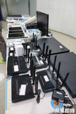 警方查扣机房电脑网路设备和手机等犯罪工具。