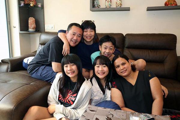 僱主李良賢(後排左)、歐陽慧玲(後排右)以及他們的3名孩子,和女傭莉亞關係如一家人。