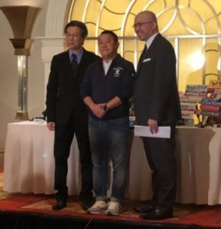 曾志偉身穿深色外套,球鞋,表情嚴肅,在兩名律師陪同下招開記者會會。
