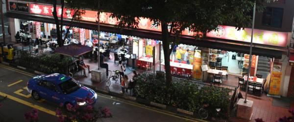 新加坡牛車水一帶的中國菜餐館競爭激烈,有商家午夜後違例賣酒。