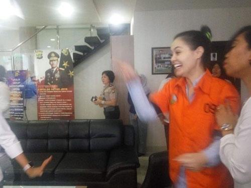 穿著囚衣的珍妮弗對媒體及粉絲打招呼。