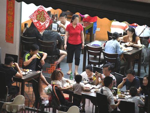 記者凌晨走訪其中一家餐館,多數人都在喝酒。