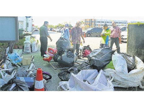 E-Idaman垃圾承包公司員工以身作則,將再循環物品帶來公司售賣。
