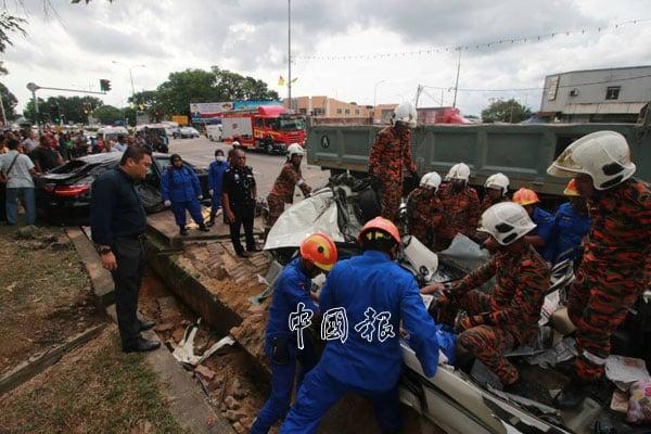 消拯員及民防部隊在被撞成一堆廢鐵的休旅車上展開救援工作。