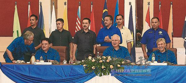 納吉(坐者中)主持國陣最高理事會會議,坐者左起巫統總秘書拿督斯里東姑安南和阿末扎希。