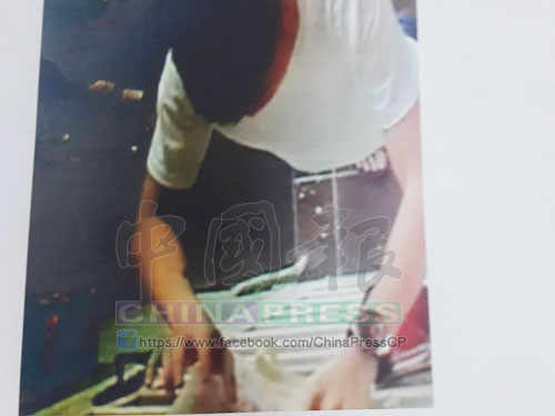 補習中心閉路電視錄影顯示,一名男子正寫大字報。