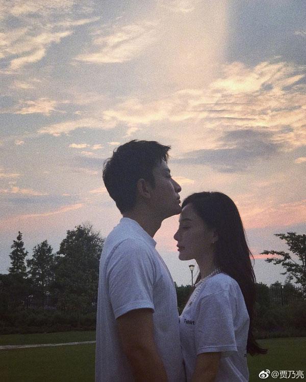 賈乃亮不時在微博上傳和老婆的恩愛合照。