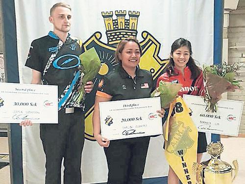 莎琳(中)在瑞典AIK國際保齡球賽以季軍完賽,為大馬隊在新賽季取得好的開始;右為奪冠的新加坡選手林慧英,左為瑞典的傑斯帕。(照片摘自MTBC面子書)