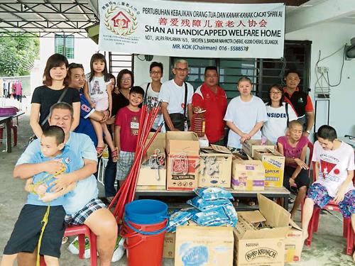 微笑開心齊向善組織拜訪慈愛殘障兒童老人協會,提供日常用品的捐助。
