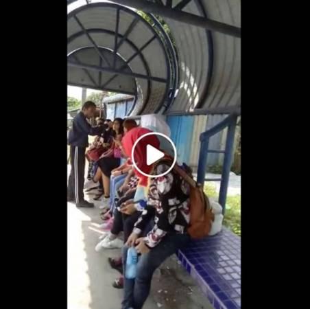 """一名男子在巴士站大聲斥責沒戴頭巾的女穆斯林。(圖截自""""May Maii Silalahi""""面子書)"""
