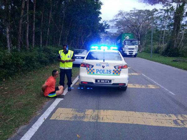 嫌兇一度與巡警展開追逐戰,最終無法逃脫而被制伏,坐在路旁等候發落。