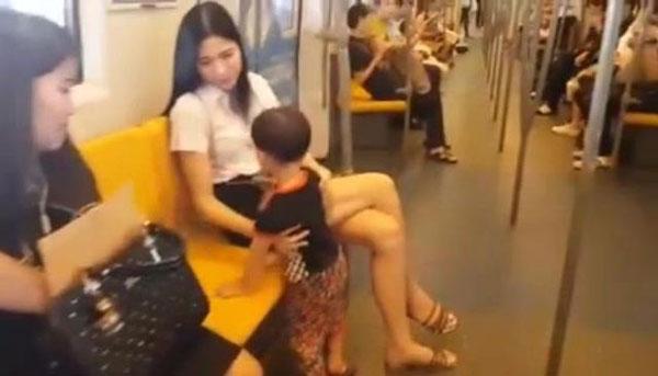 男童黏上正妹姐姐,正妹也輕輕撫摸男童。
