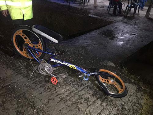 其中一輛腳車頭已被撞斷。