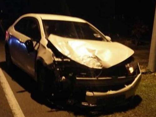 豐田轎車車頭嚴重凹陷,可見撞擊力大。(取自面子書)