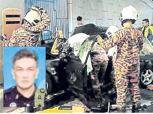 消拯員將死者遺體移出車外。 小圖:死者羅玉泉