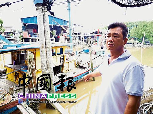 高文龍說兒子家彬很孝順,每晚臨睡前一定到屋后,查看栓在河邊的漁船。