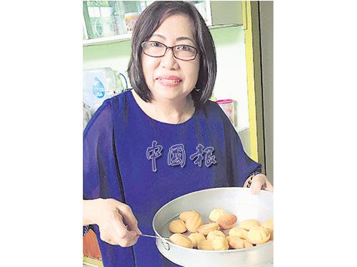 """何順梅記得,其母親住在砂拉越美里""""實務地""""小鎮(Sibuti)的朋友,每逢農曆新年都會製作雞蛋糕贈送給她們,如今她只要想吃,就會自己製作。"""
