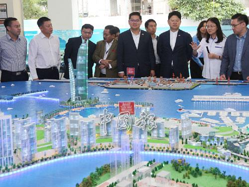 蕭玉鳳(右2起)向白天講解皇京港的工程計劃。右起為顏天祿及林萬鋒。