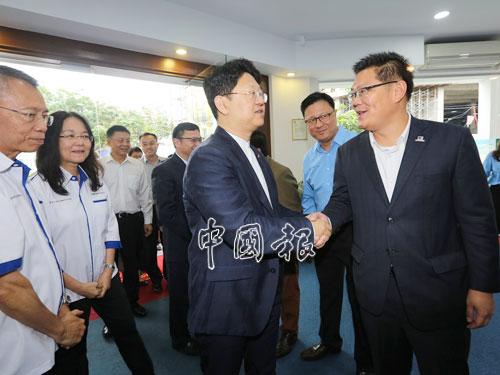 林萬鋒(右)向白天握手問好。