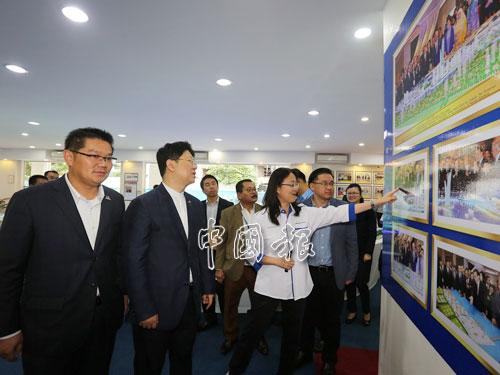 白天(左2)帶領中方官員,參觀凱傑發展有限公司。