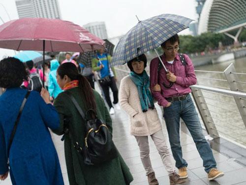 """為防寒,新加坡民眾都""""全副武裝"""",穿長袖、長褲和圍巾。(海峽時報)"""