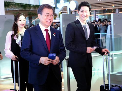 韓國總統文在寅(左)和宋仲基(右)、金妍兒(後),一同在週五出席仁川機場第二航站開幕儀式。