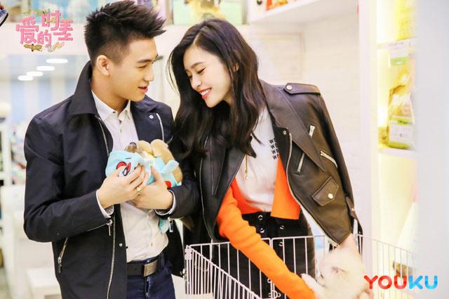 何猷君與模特女友奚夢瑤打得火熱,還一起參加愛情真人秀節目。