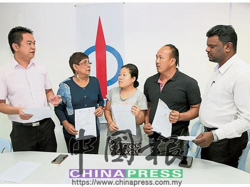 張聒翔(左起)、瑪麗約瑟芬及阿魯古馬(右),向鄧偉明(右2起)夫婦了解孩子入學申請未批的情況。