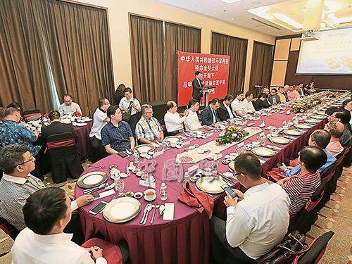 白天(中后方講台處)出席與甲州華社領袖交流午宴時,為宴席致詞。