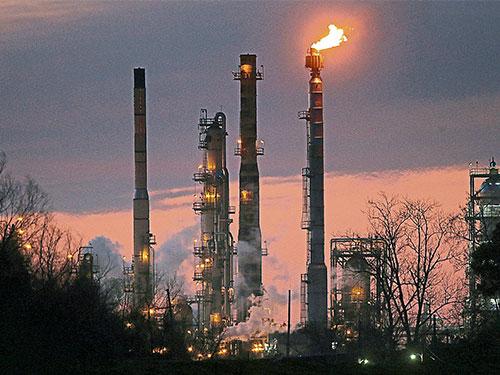 埃克森美孚位于美國路易斯安那州聖貝爾納堂區的石油提煉廠。(美聯社)