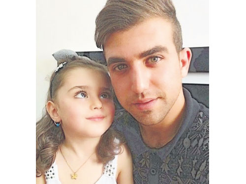 穆罕馬蒂的美貌迷倒眾人,讓她的父親(右)覺得很擔憂,于是毅然辭去工作,回家當女童的貼身保鑣。