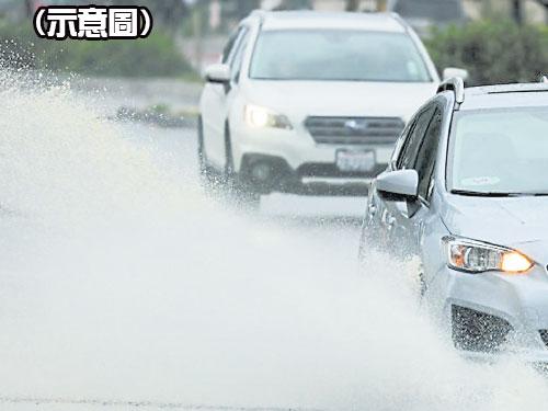 行人走路最怕被行經水坑的車子濺濕。(示意圖)