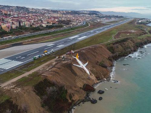 飛馬航空客機掛在懸崖上。