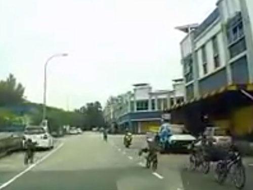"""多名少年騎著""""蚊子腳車""""逆向飛馳,其中1人更趴在腳車座包上。(照片取自互聯網)"""